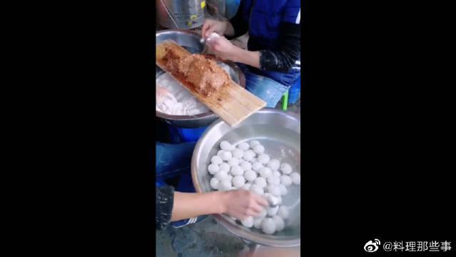 纯手工制作鱼丸,还是第一次见,看着真干净!