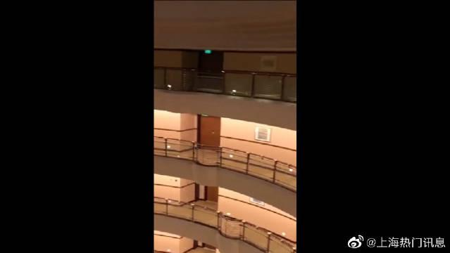 见识一下上海金茂大厦,99年建设完成,是上海的标志性建筑