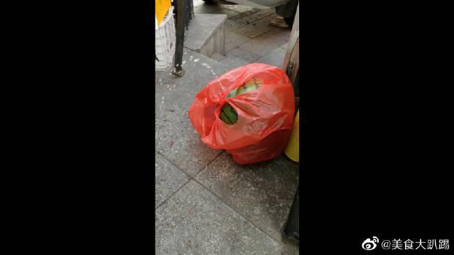这是我精挑细选的西瓜,买回来后就变成了这样,真是奸商啊