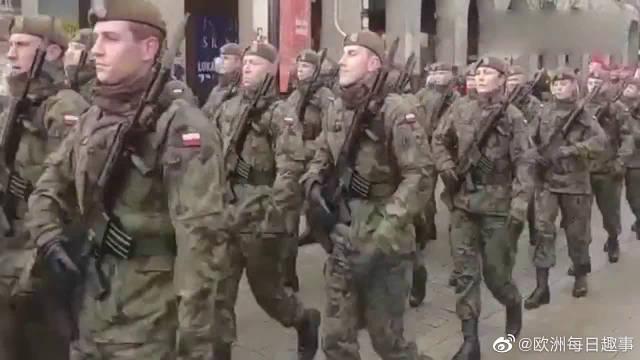 法国士兵走正步,毫无气势,看一遍就不想再看了!