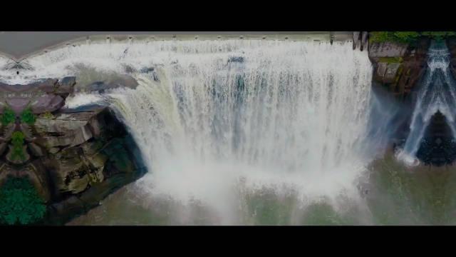 瀑布常有 而飞流城市间的瀑布不常有,贵州有黄果树大瀑布……