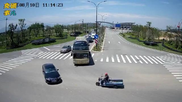 舟山秀山某路口,一辆电动三轮车无视红灯闯进路口……