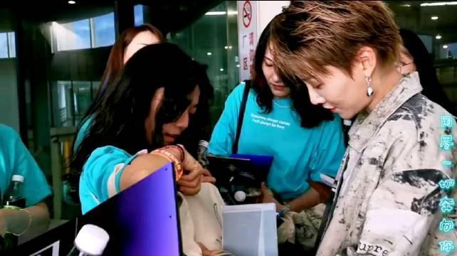 刘雨昕粉丝穿着应援服拿着刘雨昕18年发行的EP找刘雨昕签名……