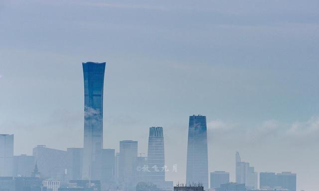 """北京雨后的""""中国尊"""",云雾缭绕,像童话中的仙境一样"""