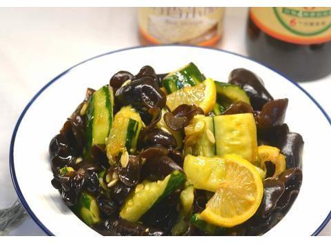今日秘籍:红丝绒蛋糕,柠檬黄瓜凉拌木耳,虾汤萝卜丝,椒香鱼排