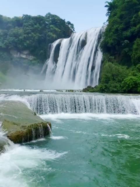 中国最美最大的瀑布-黄果树瀑布,宛若白色玉带……