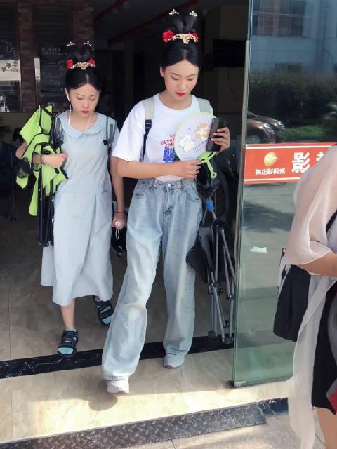 杨幂剧组的宫女出发拍摄现场!