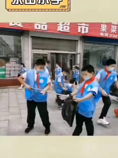 延吉4000余名小学生走上街头 为创城助力添彩