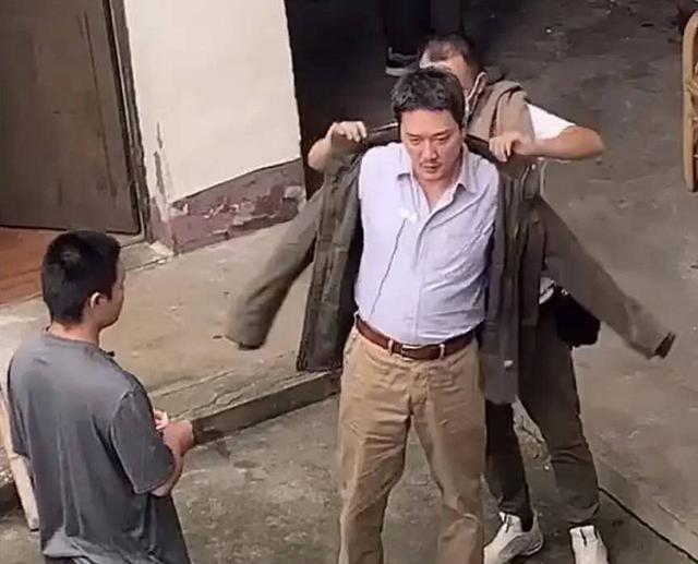 42岁冯绍峰穿衬衣配休闲裤肚子圆鼓鼓,赵丽颖却越来越美