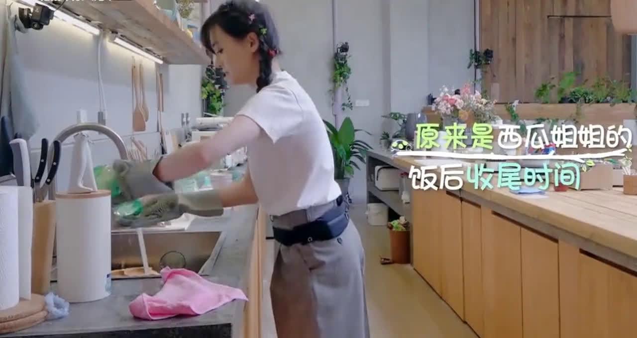 小森林:郑爽独自在公寓打扫,动作干净利索,不愧是东北大妞!