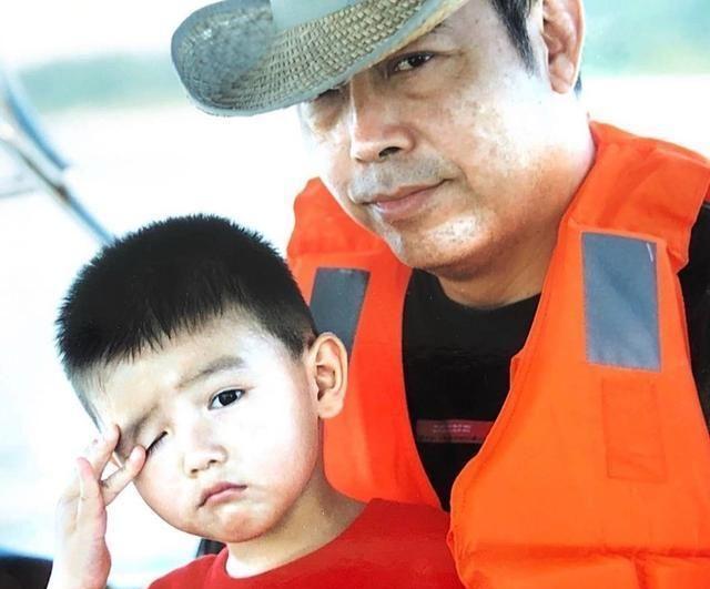 陈飞宇卡点为陈凯歌68岁生日庆生,晒童年照父子同框好温馨