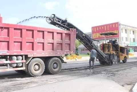 酒泉市肃北:城区四条大街铺油罩面项目正在加紧施工