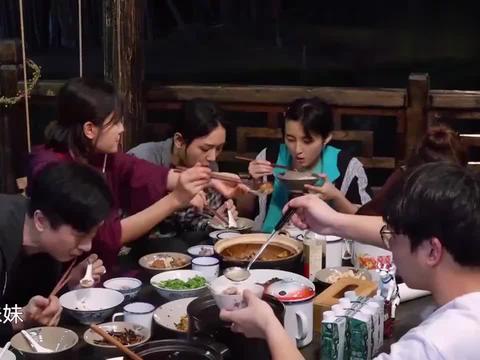 """向往3:张子枫真""""团宠"""",满桌子的人轮番给妹妹夹菜,我酸了!"""