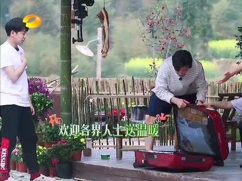 李小冉给导演组带来一箱巧克力,黄磊:被给他,一样一样卖给他们