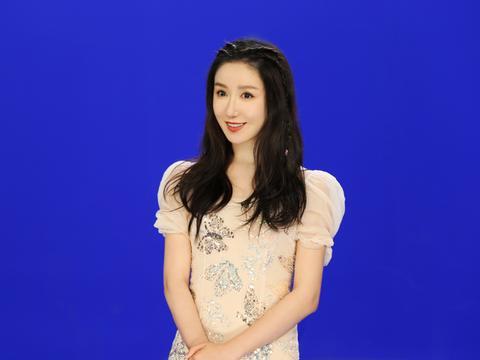 32岁娄艺潇依旧很少女,身穿蓝色格纹裙出镜,婀娜身材十足抢镜
