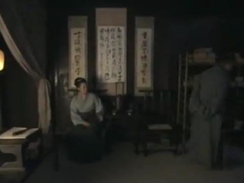 白贤深夜睡不着,在房子走动,妻子劝他早些休息
