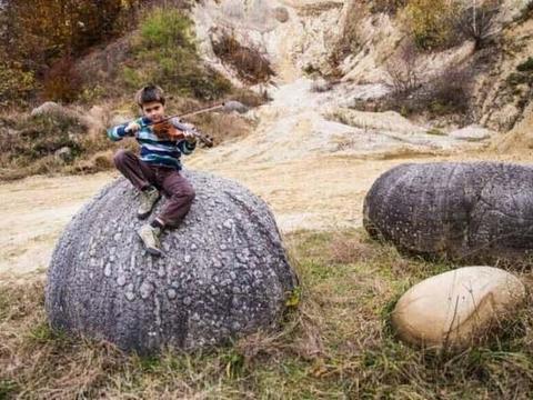 罗马尼亚一个小村庄出现神奇石头, 遇到水会长大, 还会自己移动