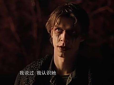 艾琳认出了眼前的人科维斯,艾琳很痛恨他杀害了姐姐劳伦