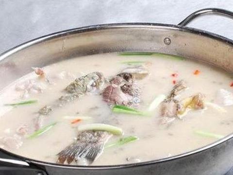 """炖鱼汤时""""最忌讳""""的调料,10人中有9个会放,难怪鱼汤不鲜美"""