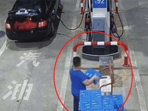 奥迪车主加完油偷走2箱矿泉水,警察跨省抓捕,车主:至于吗?