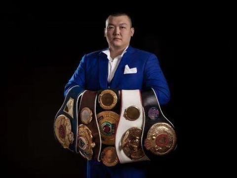 张君龙展示拳王金腰带震慑富里约书亚,直言:找回不慎丢失的辉煌
