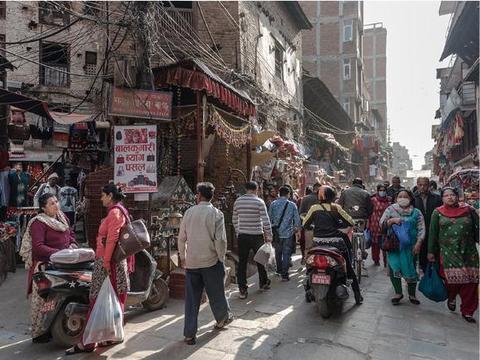 真实的尼泊尔首都,加德满都,看看这里人们的生活,庙宇多如住宅