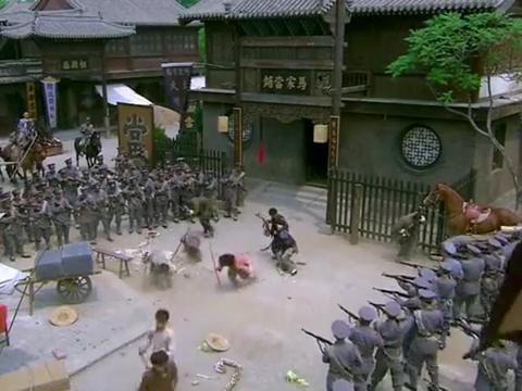 铁梨花:赵元庚正要抓走梨花,梁飞虎突然出现,带兄弟们交火