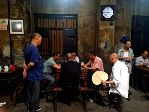 中国老人的日常生活,热衷旅行跑步健身,生活比年轻人还要精彩