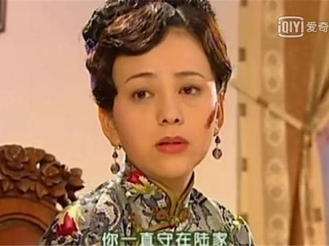蝴蝶结丝巾和发卡,都是依萍玩剩的!雪姨:我19年前就背LV了