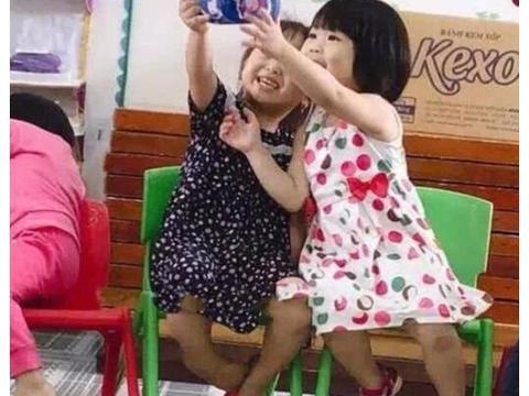 萌娃拿鞋子自拍照片,笑翻网友,这也太可爱了吧