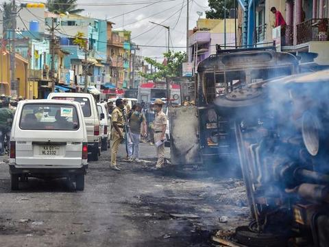 死伤惨重!印度又突然发生暴乱,300多辆车被烧毁