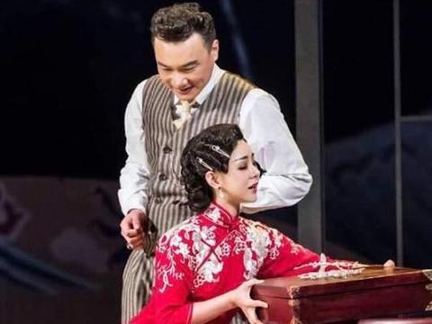 """娃娃脸美人李小萌,穿红色旗袍秀身材,很有""""阔太范"""""""