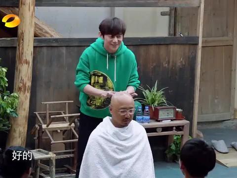 黄磊何炅帮徐峥洗头,拉动毛巾的那一刻,徐峥:是在擦保龄球吗?