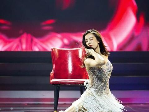 《浪姐》个人solo:黄圣依玩凳子张雨绮赤脚,看到吴昕:演杂技?