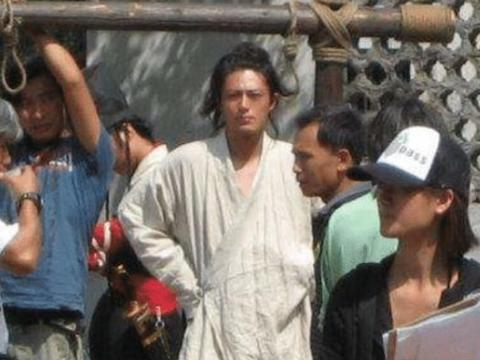 当年的剧组有多穷?刘亦菲戴一次性手套,他一个人演十多个配角