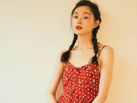 宋轶甜度超标,一袭波点红裙优雅大气,双麻花辫清新减龄又有活力