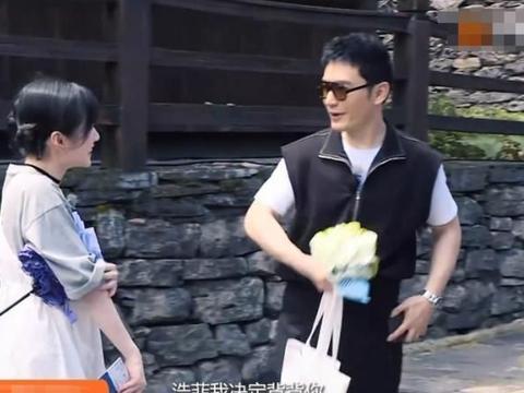 黄晓明为节目效果,背篓背李浩菲,谁注意女生表情?不想配合直说