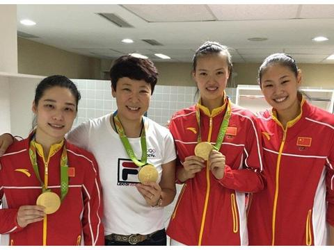 女排奥运冠军发福了,与泰国丈夫指导小朋友练球,40岁高龄生子
