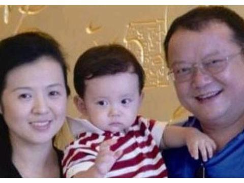 王刚:儿子和孙子一样大,小20岁娇妻月花上百万,72岁仍在奔波