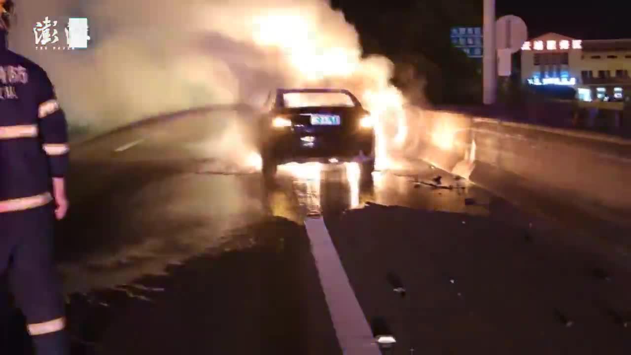高速上两车追尾起火,百万跑车被烧报废