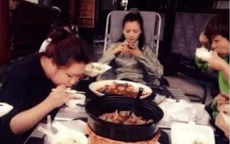 同样是在片场吃饭,刘涛奢华赵丽颖节俭,最让人佩服的还是赵本山