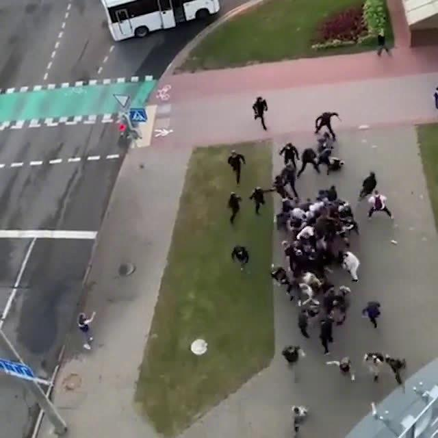 白俄罗斯首都明斯克,一群示威者组团抗击防暴警察的冲击……