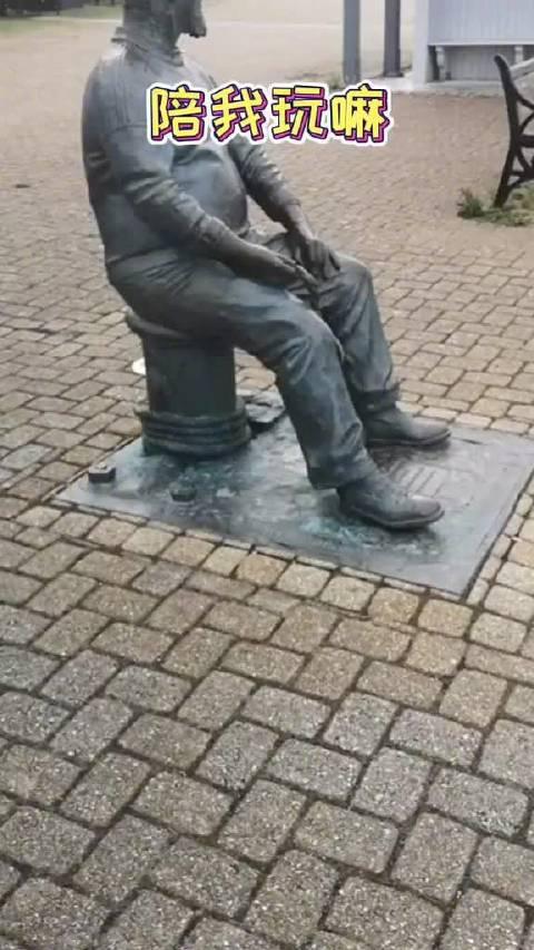 又蠢又萌~英国小狗误把雕塑当真人……