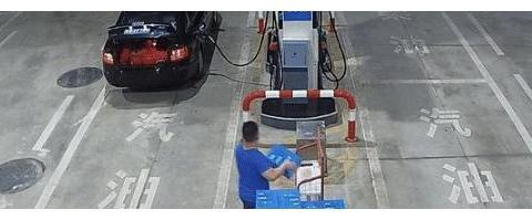 开奥迪却顺走加油站矿泉水,警察跨省拘人,奥迪男:就为两箱水?