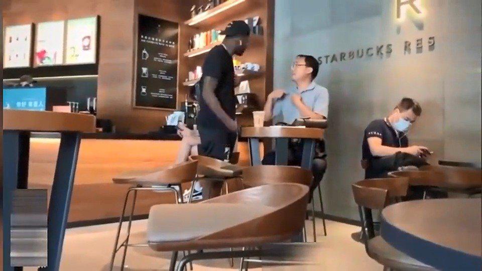 福建外援劳森近日在咖啡厅与其他顾客发生了争吵……
