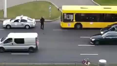 白俄罗斯首都明斯克街头,警察惩罚非法鸣笛的司机