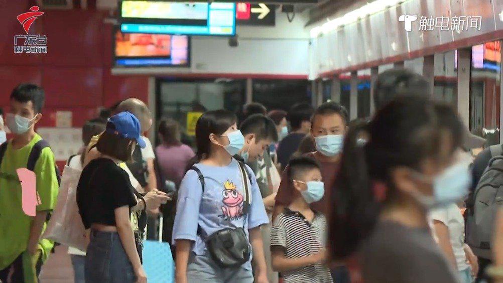 地铁内乘客不规范戴口罩现象增多 ,广州地铁:可向工作人员反映