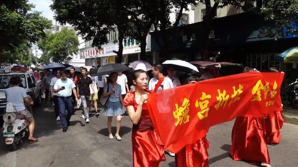 喜庆!温州学子考上清华,百人游街庆祝