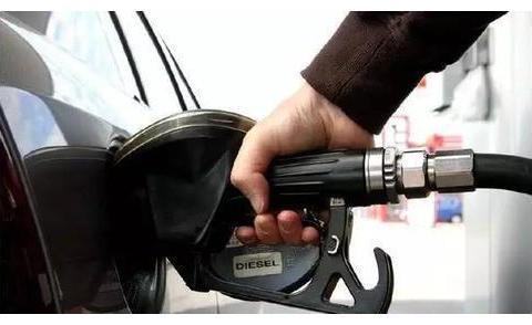 加油工加错汽油,92当95加入大众速腾,车主:赔我一辆新车