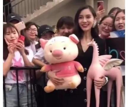明星在路人镜头下的样子,刘亦菲似在拍大片,赵丽颖的手臂太吓人